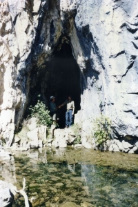 Cave at Blue Waterholes (photo: Peter) - Farts 19940103.jpg